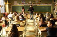Ermittelt an einer Grundschule und braucht dafür die Unterstützung der Lehrerin Mrs. Ruiz (Michael Hyatt, stehend l.): Richard Castle (Nathan Fillion, stehend r.) ... – Bild: ABC Studios Lizenzbild frei