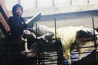 Auf einer Baustelle wird die hartgefrorene Leiche von Melanie Kavanaugh (Tammy Baird, r.) gefunden. Lanie Parish (Tamala Jones, l.) untersucht den leblosen Körper. – Bild: ABC Studios Lizenzbild frei