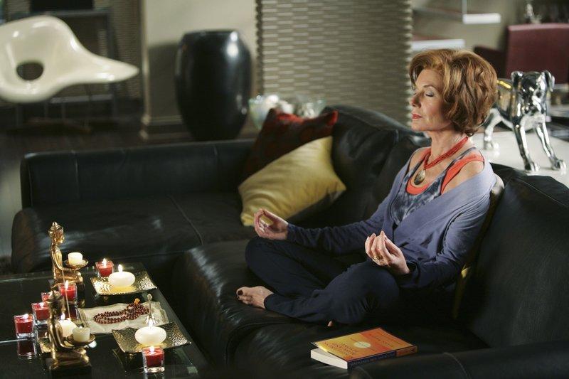 Martha (Susan Sullivan) entspannt auf ihre Art und Weise ... – Bild: kabel eins