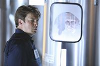 Ermittelt in einer Firma, die Menschen einfriert um sie später wieder aufzutauen: Richard Castle (Nathan Fillion) – Bild: 2011 American Broadcasting Companies, Inc. All rights reserved. Lizenzbild frei