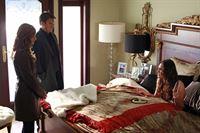 Castle (Nathan Fillion, M.) und Beckett (Stana Katic, l.) statten Regina Cane (Taylor Cole, r.) einen Besuch ab. Diese erholt sich noch von der berauschenden Party, die am Abend zuvor stattgefunden hat ... – Bild: 2012 American Broadcasting Companies, Inc. All rights reserved. Lizenzbild frei