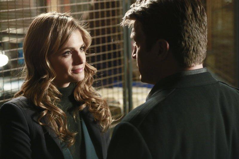 Der Valentinstag rückt immer näher und Castle (Nathan Fillion, r.) versucht Beckett (Stana Katic, l.) zu entlocken, welches Geschenk sie für ihn hat ... – Bild: kabel eins