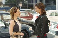 Es fällt Kate Beckett (Stana Katic, r.) äußerst schwer, Elise Finnegan (Kathleen Rose Perkins, l.) die Wahrheit zu offenbaren ... – Bild: ABC Studios Lizenzbild frei