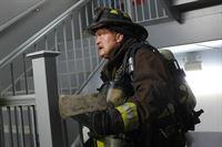 Werden es Mouch (Christian Stolte) und seine Kollegen schaffen das Feuer zu löschen, bevor Menschen schwer verletzt werden? – © VOX/NBC Universal