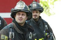 Hat es jemand auf Serveride (Taylor Kinney, l.) abgesehen? Als er und sein Kollege Otis (Yuri Sardarov) bei einem brennenden Haus ankommen, steht die Personalnummer des Feuerwehrmannes auf der Hauswand - Zufall?! – © VOX/NBC Universal