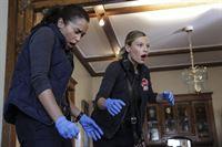 Shay (Lauren German) und Dawson (Monica Raymund, l.) werden zu einem Einsatz gerufen. Es handelt sich um einen alten Bekannten, einen Hypochonder, der es gerne hat, wenn sich junge Rettungssanitäterinnen um ihn kümmern. – © VOX