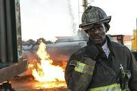 Chief Wallace Boden (Eamonn Walker) wollte gerade seiner Truppe von seiner Pensionierung erzählen, als ein Notruf eingeht: Mehrere Zugwaggons sind entgleist! – © VOX/NBC Universal