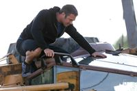 Kelly Severide (Taylor Kinney) sieht beim Joggen wie ein Bagger auf einer verlassenen Baustelle umkippt. Er schaut sofort nach was passiert ist und macht eine schlimme Entdeckung... – © VOX/NBC Universal