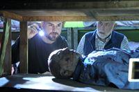 """""""CSI: Vegas"""", """"De Los Muertos."""" Gabriel Ortiz, ein vermögender Geschäftsmann aus Las Vegas und Freund von Dr. Robbins bittet das Team um Hilfe, den Tot seiner Tochter näher zu untersuchen. Dazu müssen Robbins und Nick nach Arquero, Mexiko fahren, um den Leichnam zu untersuchen. Inzwischen widmen sich Sara and Greg um einen anderen Fall, in dem ein Pärchen tot in der Auffahrt ihres Hauses aufgefunden wurden. Bei näherer Untersuchung stellt sich heraus, dass die beiden Fälle Gemeinsamkeiten aufweisen.Im Bild (v.li.): George Eads (Nick Stokes), Robert David Hall (Dr. Al Robbins). – © ORF eins"""