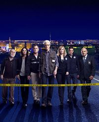 12. Staffel: Das CSI-Team (v.l.): Dr. Albert Robbins (Robert David Hall), Sara Sidle (Jorja Fox), Nick Stokes (George Eads), D.B. Russell (Ted Danson), Catherine Willows (Marg Helgenberger), Greg Sanders (Eric Szmanda) und Captain Jim Brass (Paul Guilfoyle). – © RTL
