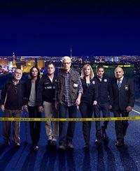 12. Staffel: Das CSI-Team (v.l.): Dr. Albert Robbins (Robert David Hall), Sara Sidle (Jorja Fox), Nick Stokes (George Eads), D.B. Russell (Ted Danson), Catherine Willows (Marg Helgenberger), Greg Sanders (Eric Szmanda) und Captain Jim Brass (Paul Guilfoyle). – © RTL