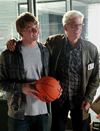 D.B. Russell (Ted Danson, r.) stellt seinen Kollegen seinen ältesten Sohn Charlie (Brandon W. Jones) vor. – © RTL