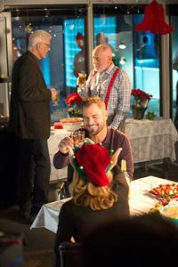 """""""CSI: Vegas"""", """"Wunden der Weihnachtsnacht."""" Das CSI-Team wird mit einem toten Santa Claus konfrontiert, der auf einer Weihnachtsparty ums Leben kam. Außerdem wurde bei Santa echter Schnee gefunden und das in Las Vegas. Und an seiner Seite stand ein echtes Rentier. Beim Durchschauen der Videoaufzeichnungen wird deutlich, dass es zwei Weihnachtsmänner auf der Party gab. Und der Mörder vielleicht den Falschen ermordet hat.Im Bild (v.li.): Ted Danson (D.B. Russell), George Eads (Nick Stokes), Robert David Hall (Dr. Al Robbins). – © ORF eins"""