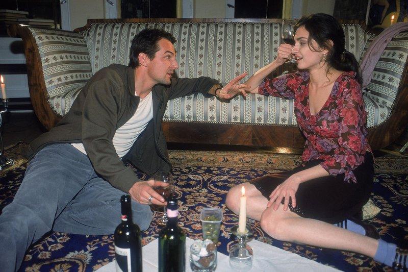 Bei einem Abendessen kommen sich Born (Hans-Werner Meyer) und seine Nachbarin Magdalena Brenner (Erika Marozsan) näher. – Bild: RTL Crime