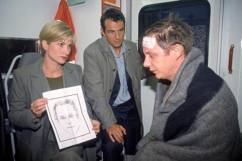 Thorsten Glück (Arndt Schwering-Sohnrey, re.) erkennt Arthur auf dem Phantombild, das ihm Glaser (Astrid M.Fünderich) und Born (Hans-Werner Meyer) zeigen. – Bild: RTL Crime