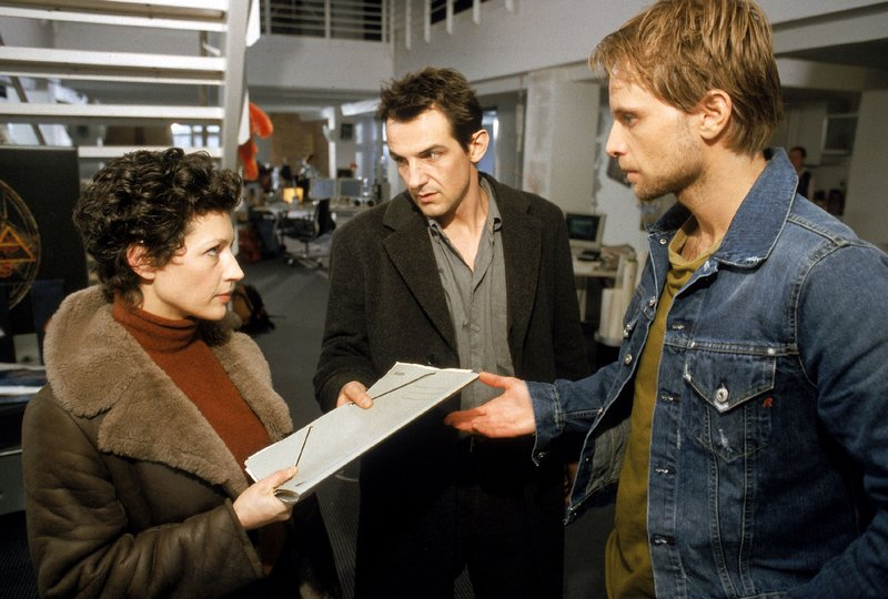 Isabell Becker (Delia Mayer) und Dominik Born (Hans-Werner Meyer, Mi.) ermitteln bei der Herstellerfirma von 'Urban Elements', deren Chef Mathias Peik (Julian Weigend) offenbar auch im Visier des Täters ist... – Bild: RTL Crime