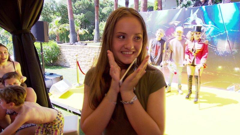 Davina ist von ihrer Überraschung überwältigt – Bild: RTL II