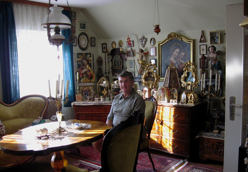 Der Reliquiensammler Günter Erret inmitten seiner Reliquien – Bild: SWR