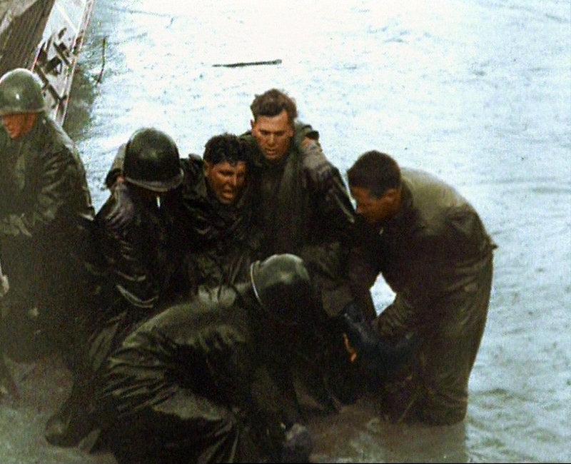US-Truppen helfen einem verwundeten Kameraden. – Bild: ARD-alpha