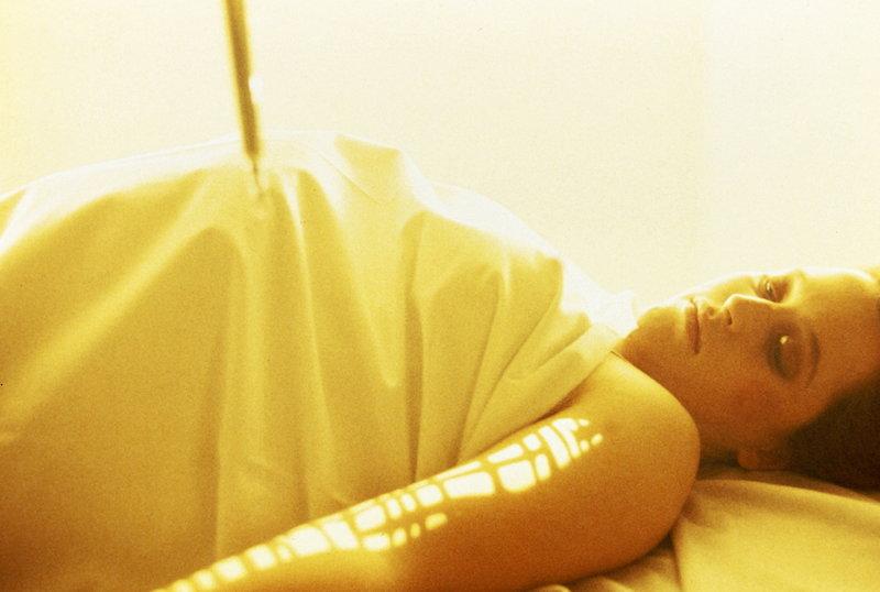 Scully (Gillian Anderson) ist von ihrem Entführer an Außerirdische ausgeliefert worden, die Experimente mit ihr machen. – Bild: TM + © Twentieth Century Fox Film Corporation. All Rights Reserved. Lizenzbild frei