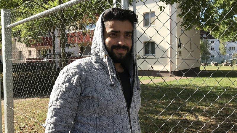 Der 23-jährige Syrer war jahrelang auf der Flucht und hofft auf Asyl in Deutschland. – Bild: BR/Susanne Fiedler