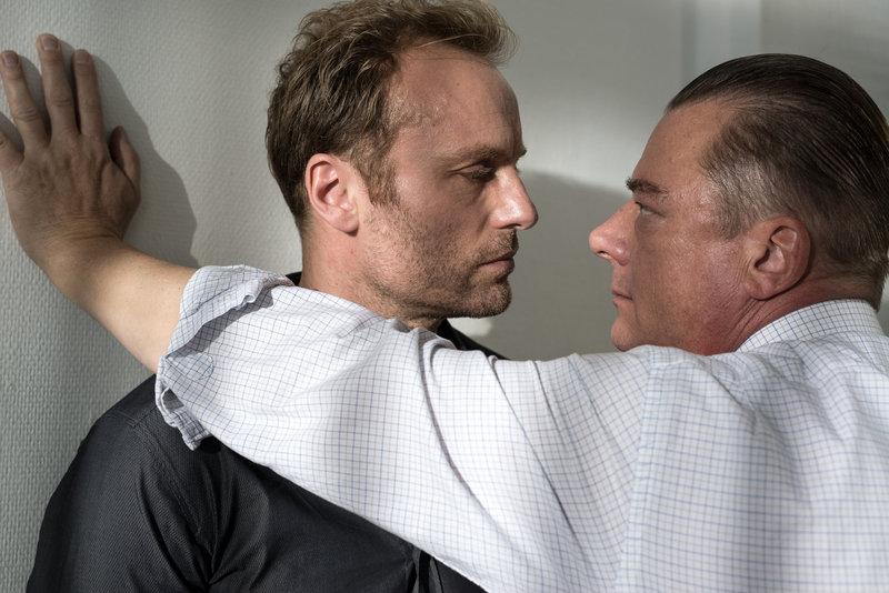 Kommissar Andreas Roth (Peter Kurth, r.) glaubt Thomas Altmann (Mark Waschke, l.) kein Wort. – Bild: ZDF