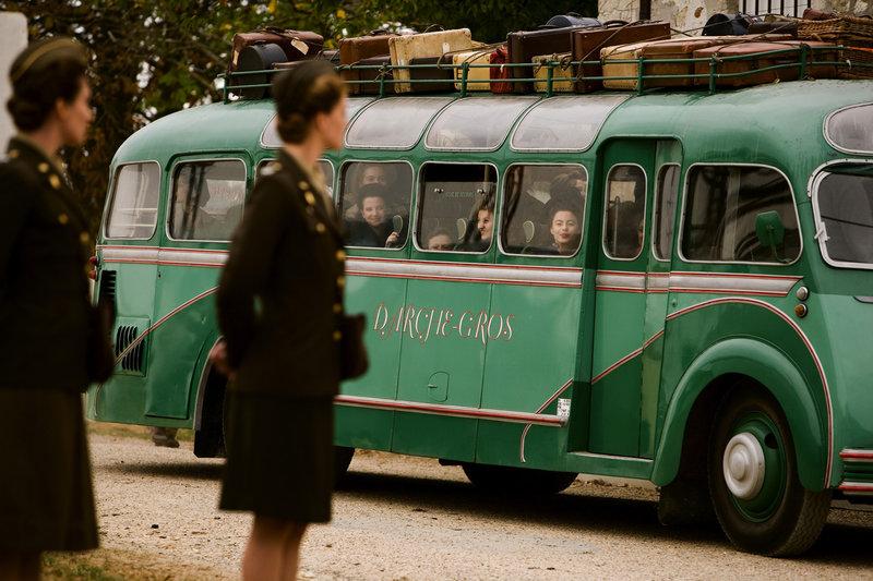Mit Bussen werden die jungen Französinnen in die amerikanischen Erholungslager gebracht. – Bild: ARTE F / © Michel Labelle
