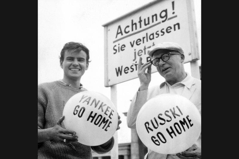 """Billy Wilder (re.) und Horst Buchholz (li.) am Set von """"Eins, zwei, drei"""" (1961) v – Bild: Alamy"""