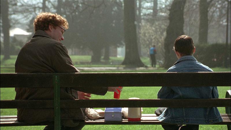 Graham Holt (William Hurt, li.) versucht das Vertrauen von James (Chris Cleary Miles) zu gewinnen.. – Bild: RTL II