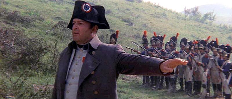 Napoleon (Rod Steiger) beruhigt seine Partisanen und bietet Marschall Neys Soldaten, die bereit sind auf ihn zu schießen, die Stirn. – Bild: ARTE / © arkeion film