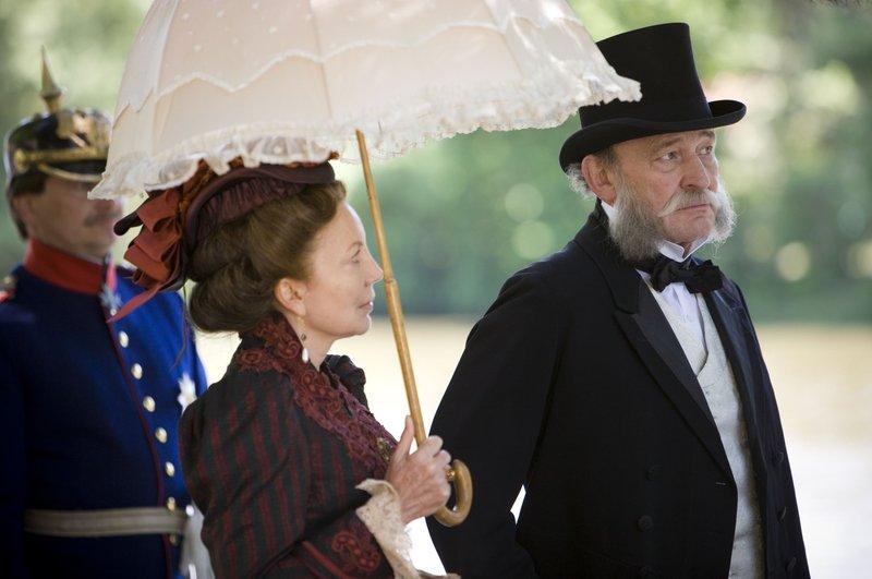 Wilhelm I. (Michael Mendl) und Augusta von Preußen (Undine Brixner) mit Gefolge. – Bild: BR/Wolfgang Borrs