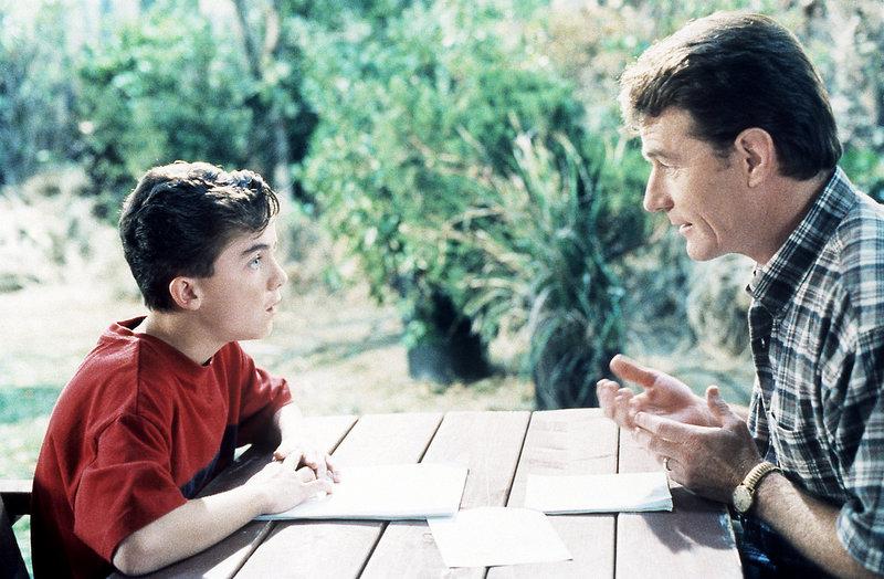 Hal (Bryan Cranston, re.) und Malcolm (Frankie Muniz) sprechen sich aus. – Bild: ORF eins