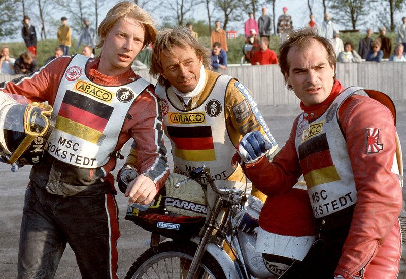Auf der Rennbahn (v.li): Rolf Lachner (Ben Becker), Egon Müller (Egon Müller) und Heinz Gessart (Hans-Georg Panczak). – Bild: NDR/Studio HH
