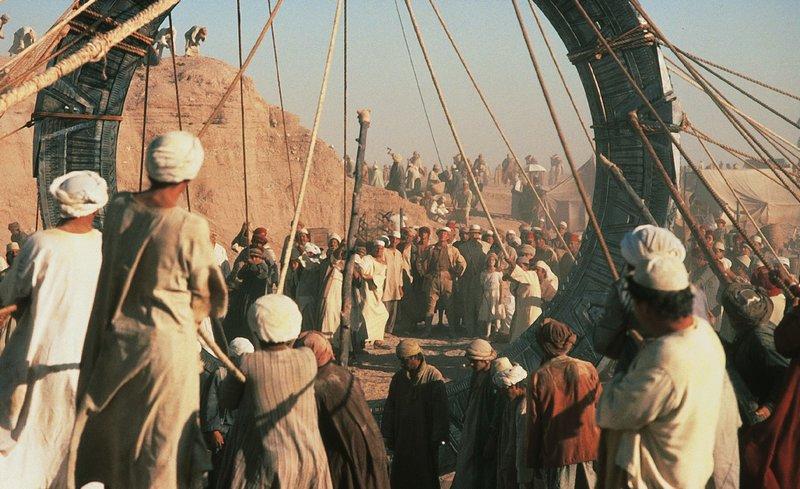 Die Forschergruppe tritt durch das Sternentor, das Stargate. Dort trifft die Expedition auf eine vorägyptische Kultur- aber auch auf Krieger mit fliegenden Kriegswagen, bizarrer Bewaffnung und mythischen Göttern. – Bild: RTL NITRO / STUDIOCANAL