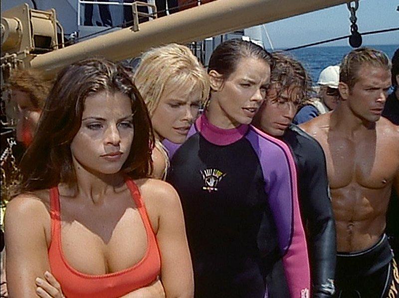 V.l.: Caroline Holden (Yasmine Bleeth), Neely Capshaw (Gena Lee Nolin), Stephanie Holden (Alexandra Paul), Logan Fowler (Jason Simmons), Cody Madison (David Chokachi) – Bild: Nitro.