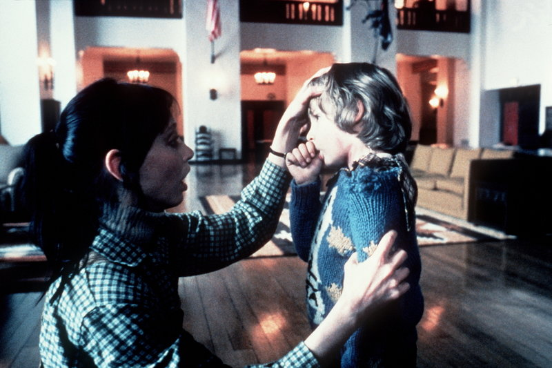 Wendy (Shelley Duvall, l.) macht sich große Sorgen um ihren Sohn Danny (Danny Lloyd, r.), der von furchtbaren Visionen geplagt wird ... – Bild: Warner Bros. Lizenzbild frei