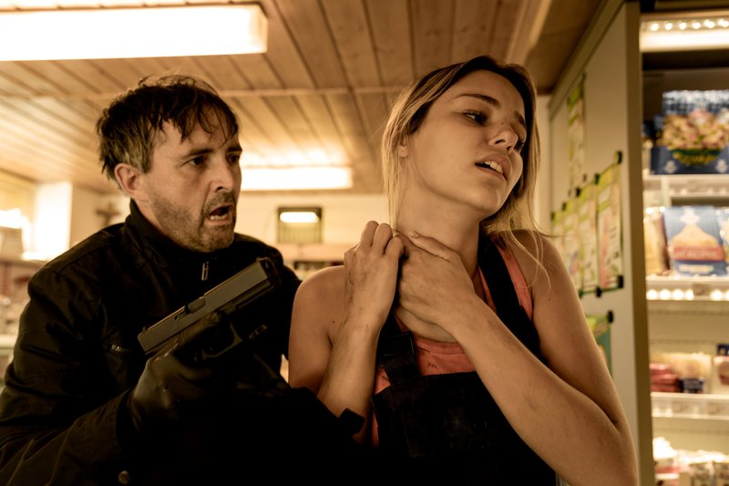 Nachdem Norbert Rabel (Harald Schrott) den Tankwart erschossen hat, nimmt der die Angestellt Eva (Heidi Berger) als Geisel. – Bild: ServusTV / MonaFilm / Olaf R. Benold