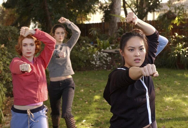 Training für den Kampf gegen das allmächtige Böse: die Nachwuchs-Slayerinnen Vi (Felicia Day, l.), Kennedy (Iyari Perez Limon, M.) und Chao-Ahn (Kristy Wu, r.) ... – Bild: sixx