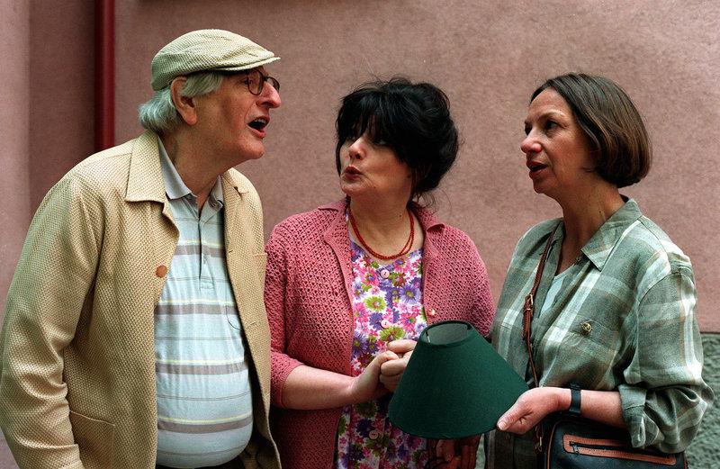 """""""Kaisermühlen Blues"""", """"Gewalt im Gemeindebau."""" Eine neue Partei zieht in den Gemeindebau: Frau Haydn. Sie und die Koziber geraten sich ziemlich rasch und allzu wörtlich in die Haare. Und auch bei Gneisser und Vilma hängt der Haussegen schief: Sie hat ihn - wie so oft - wieder auf Abwegen erwischt.Im Bild (v.li.): Walter Langer (Kudrnac), Brigitte Swoboda (Koziber), Karoline Zeisler (Karoline Haydn). – Bild: ORF2"""