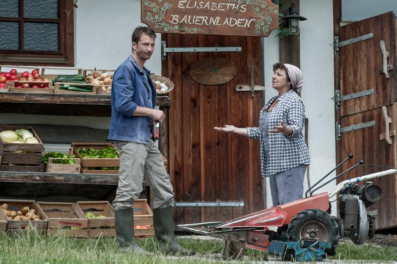 Es lässt Hans Gruber (Heiko Ruprecht, l.) keine Ruhe, dass Susanne scheinbar einen Neuen hat. Seine Mutter Lisbeth (Monika Baumgartner, r.) versucht ihn zu beruhigen. Doch sie ahnt, dass sich Unheil anbahnt. – Bild: ORF2