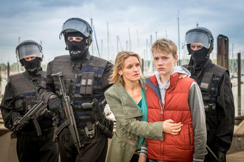 Katrin Volland (Caroline Scholze) ist froh, dass ihr Sohn Emil (Bruno Alexander) unbeschadet von dem Segelboot gekommen ist, bevor das SEK zugreifen musste. – Bild: ZDF und Boris Laewen