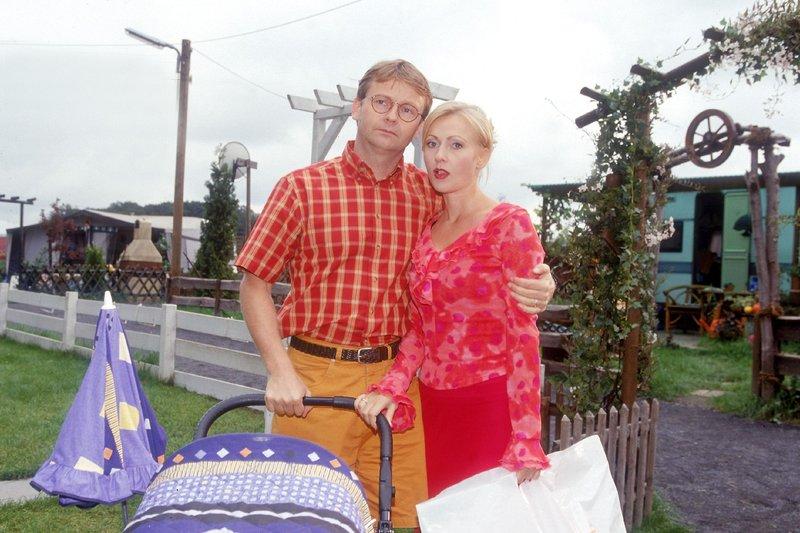 Lothar (Rene Heinersdorff) und Stefanie (Dana Golombek) wollen sich Bennos Gemeinheiten nicht länger gefallen lassen und stellen ihn zur Rede... – Bild: RTLplus