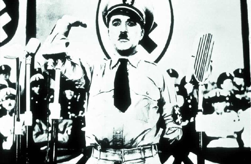 00.00 Il grande dittatore Un ebreo (Charlie Chaplin), straordinariamente somigliante al dittatore Adenoid Hynkel, pronuncia al mondo un messaggio di pace. – Bild: ZDF