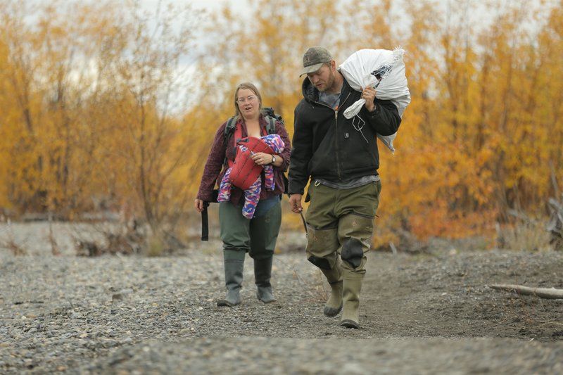 Selden family carrying fishing gear to their boat. – Bild: Discovery Communications