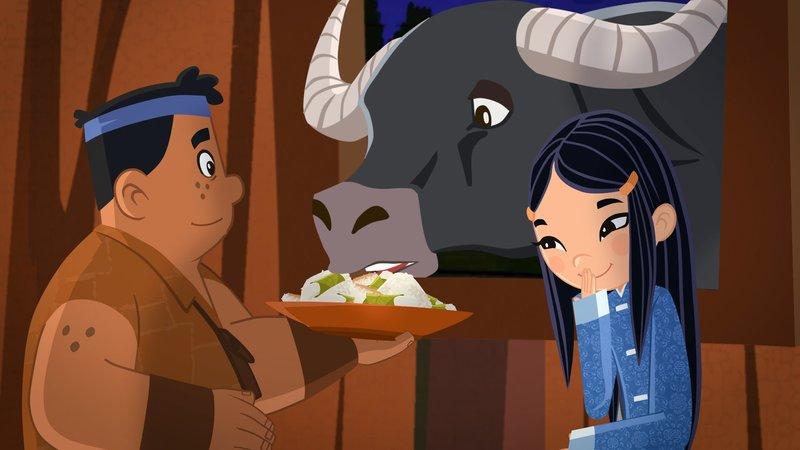 Luigi (li.) füttert Wasserbüffel Phong, der wohl einige Verdauungsprobleme hat. Shi La (re.) muss darüber ziemlich kichern – Bild: ORF 1