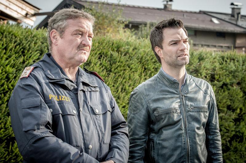 Kaum Spuren, und alle Verdächtigen haben ein belastbares Alibi – Lukas Roither (Jakob Seeböck, r.) und Polizist Kroisleitner (Ferry Öllinger, l.) wissen momentan nicht weiter. – Bild: ZDF