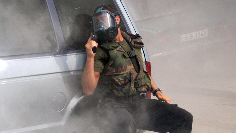 Commander Sam Keenan (Jean-Claude van Damme), ein ehemaliger Navy S.E.A.L., tritt seinen neuen Posten als Sicherheitschef in der amerikanischen Botschaft in Moldawien an. Schwerbewaffnete Aufständische zetteln in der Hauptstadt einen Bürgerkrieg an und drohen, den neuen Präsidenten Yuri Amirev zu töten... – Bild: RTL II