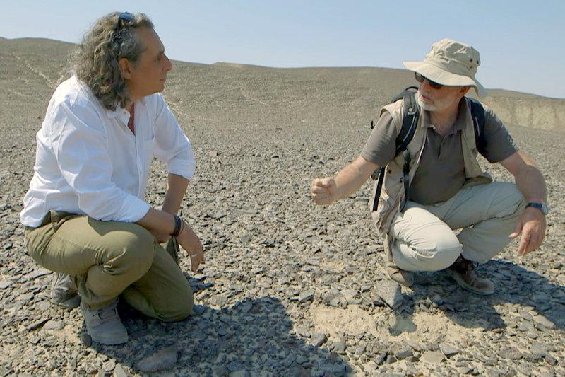 Peter Eeckhout (li.) trifft in der peruanischen Wüste den Archäologen Markus Reindel (re.), der seit 20 Jahren die rätselhaften Bodenzeichnungen, die auch als Geoglyphen bezeichnet werden, erforscht. – Bild: ARTE France / © Alle Rechte vorbehalten