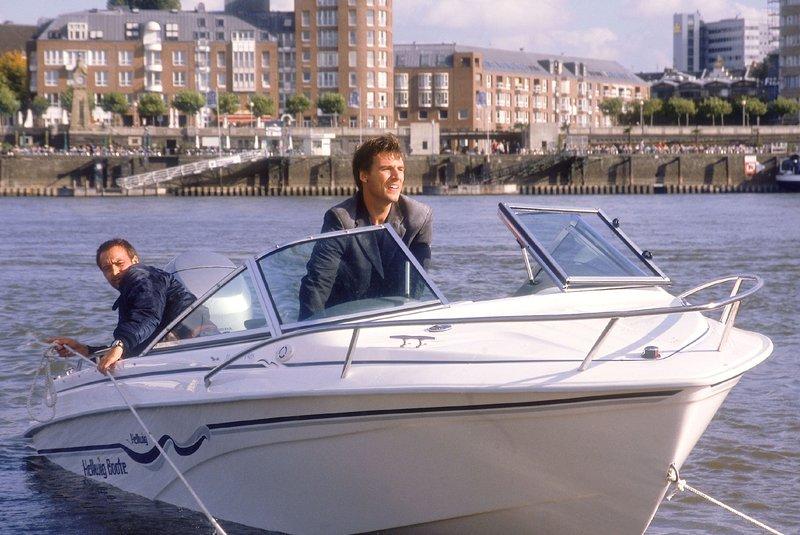 Tom (Rene Steinke, Mi.) und Semir (Erdogan Atalay) kapern ein Motorboot und flüchten über den Rhein... – Bild: RTL
