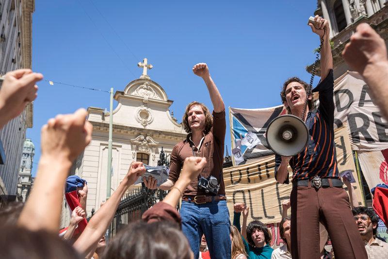 Daniel (Daniel Brühl) demonstriert auf den Straßen Santiagos für Präsident Allende – was ihm zum Verhängnis wird. – Bild: ORF